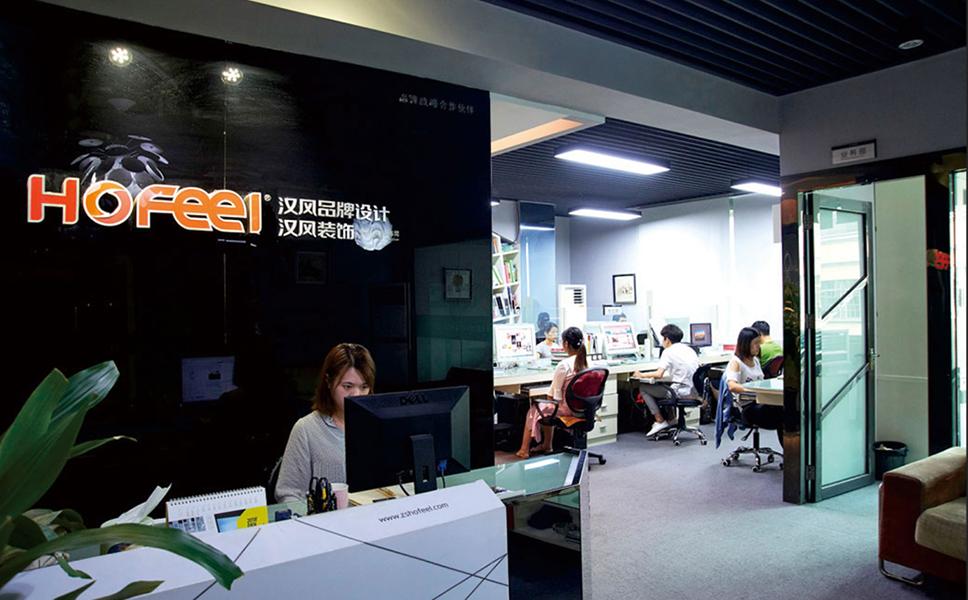 中山亚搏官网平台登录广告设计公司的前台工作人员正在认真工作