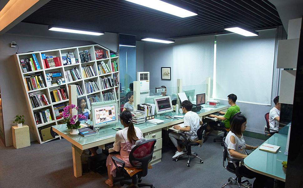 中山亚搏官网平台登录广告设计公司的同事们正在工作中