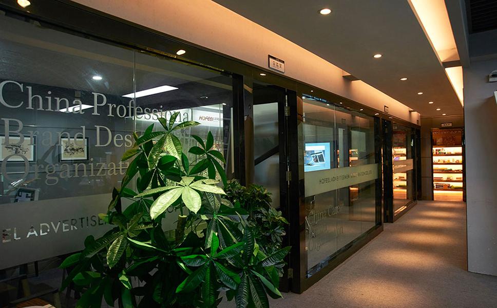 中山亚搏官网平台登录广告设计公司门口摆放着一株发财树,象征着美好寓意